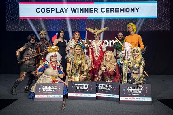 HeroFest 2021 in Bern - Cosplay mit Siegern - Foto: BernExpo AG