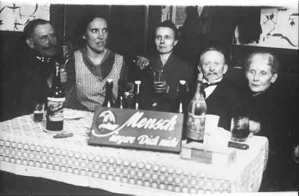 Um 1920: Familie spielt Mensch ärgere Dich nicht - Foto von Schmidt Spiele