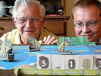 Michail Antonow (links) und Jens-Peter Schliemann vor ihrem Karibik von Jens-Peter Schliemann