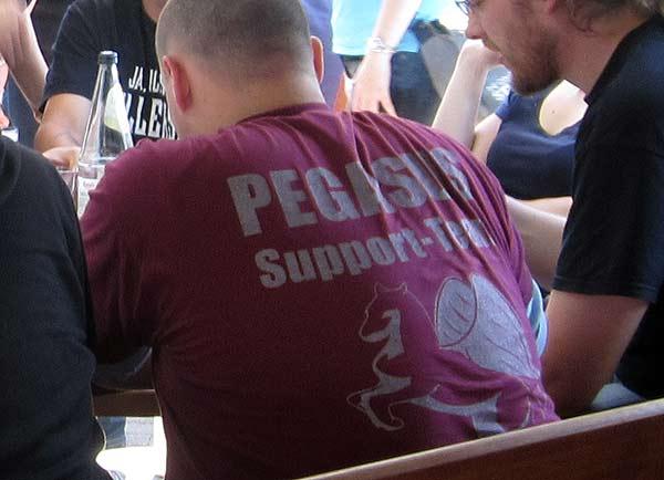 Das Supportteam im roten Shirt von Pegasus Spiele