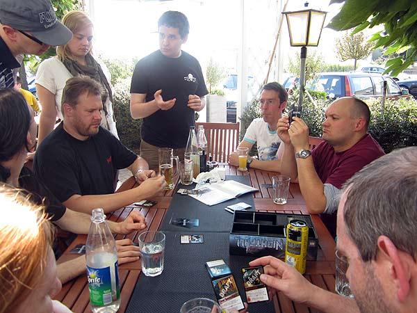 Das Supportteam lernt in entspannter Runde neue Spiele kennen von Pegasus Spiele