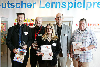 Foto der Preisträger des Deutschen Lernspielpreises (v. l): Andreas Finke (Snoerta), Raimund Wybranietz (Isis süße Sünde), Vertreterin des Studienkreises (Ausrichter), Gordon Mc Leod (Pizza Flitzer) und Wiebke Vogelsang (Das große Ritterturnier) von Messe Stuttgart