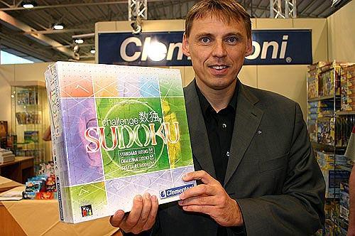 """Verlagsleiter Michael Radzio von Clementoni zeigt sein """"wirklich spielbares"""" Sudoku von Reich der Spiele"""