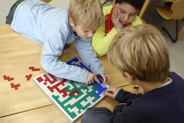 Drei Schüler der Janusz-Korczak-Schule in Altenstadt spielen Blokus von Mehr Zeit für Kinder e. V.