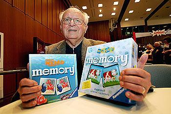 Erwin Glonnegger mit zwei seiner Memory-Spiele von Messe Stuttgart