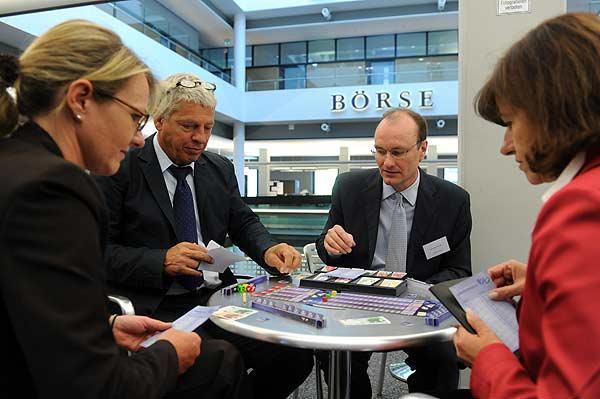 Hermann Hutter stellt das Börsenspiel an der Börse vor von Huch and friends
