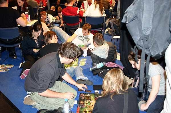Die Spiel zieht die Besucher zahlreich an - auch der Boden wird bespielt von Reich der Spiele