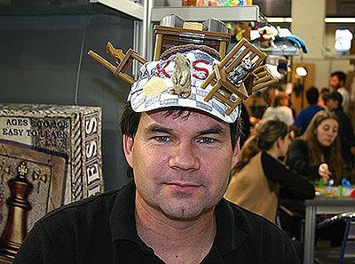 Jeff Widderich mit seiner 3D-Mütze von Reich der Spiele