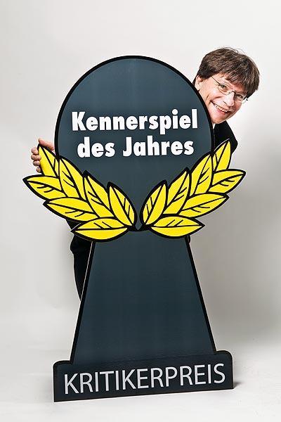 Jury-Sprecher Bernhard Löhlein präsentiert das neue Logo Kennerspiel des Jahres von Spiel des Jahres