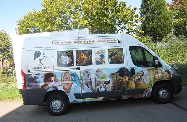 """Pegasus Spiele: Das Supportteam auf Tour - seit 2011 im eigens """"gebrandeten"""" Bus von Pegasus Spiele"""