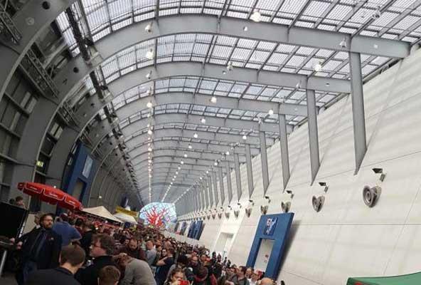 Die Galeria - der Schützengraben zwischen den Hallen - Foto Alex Sch.