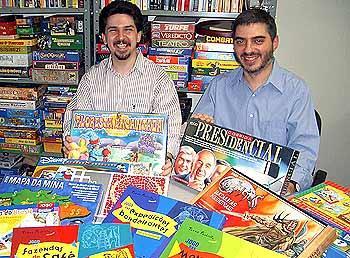 Andre Zatz (links) und Sergio Halaban mit einigen ihrer Spiele von Zatz/Halaban