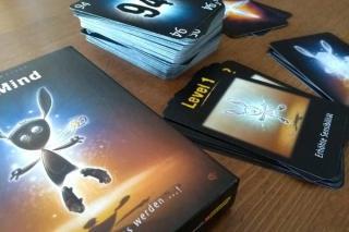 Spieleschachtel und Karten des Kartenspiels The Mind - Foto von Dirk Janßen